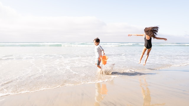 choose the right sunscreen this summer - children playing at beach